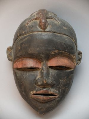 Masque facial, Woyo (culture Kongo), RDC. Bois, pigments rouges net...